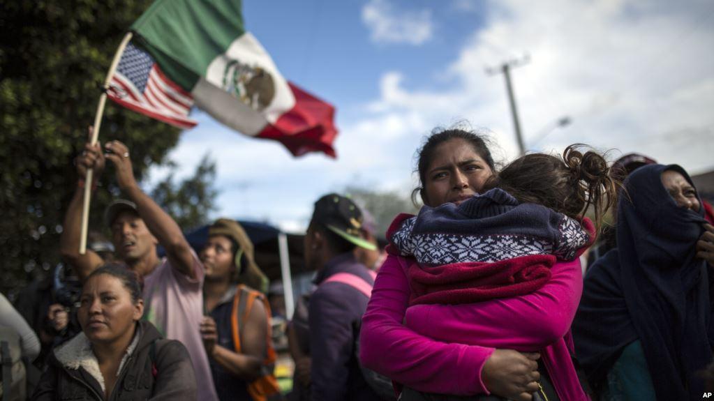 Parte de la caravana de migrantes llega al paso fronterizo con EE.UU.