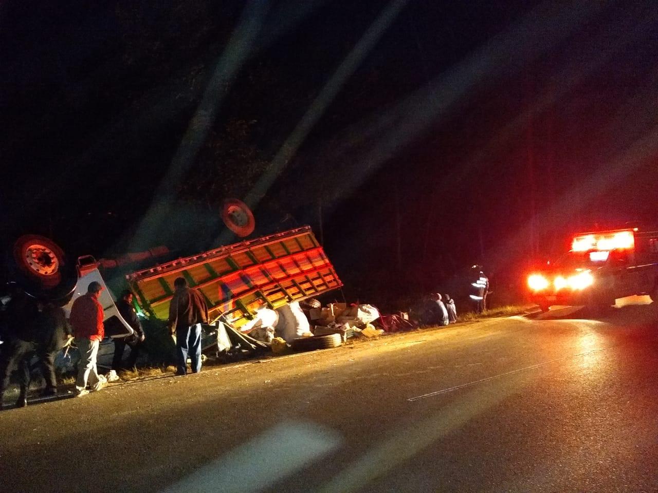 Tres heridos al volcar camión en la Interamericana