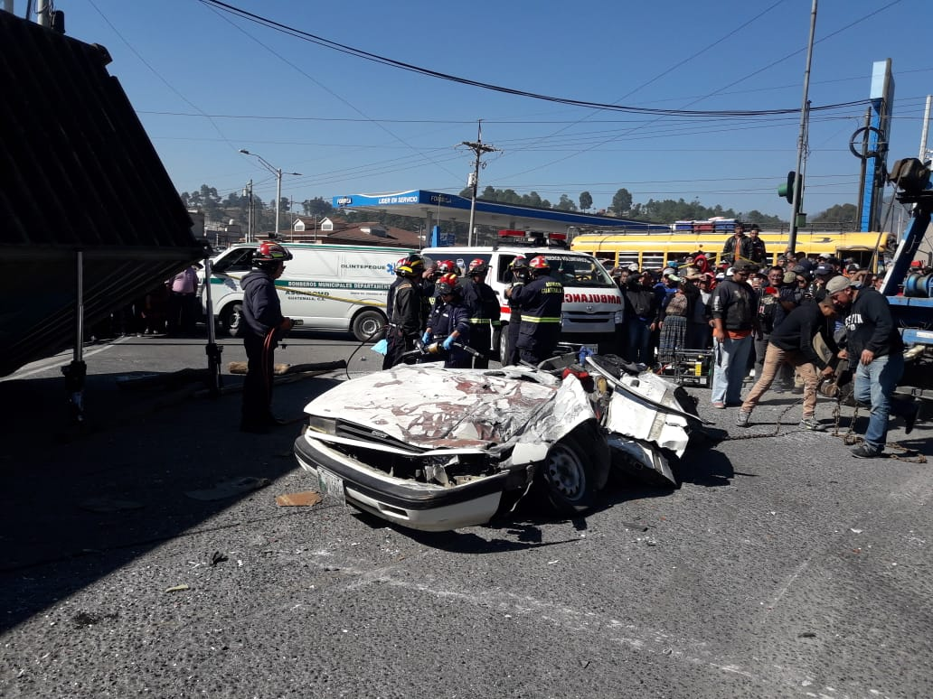 Mortal accidente en Salcajá, tráiler aplasta vehículo liviano