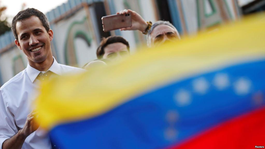 Guaidó jura como presidente interino: «¡Venezuela, despierta, reacciona!