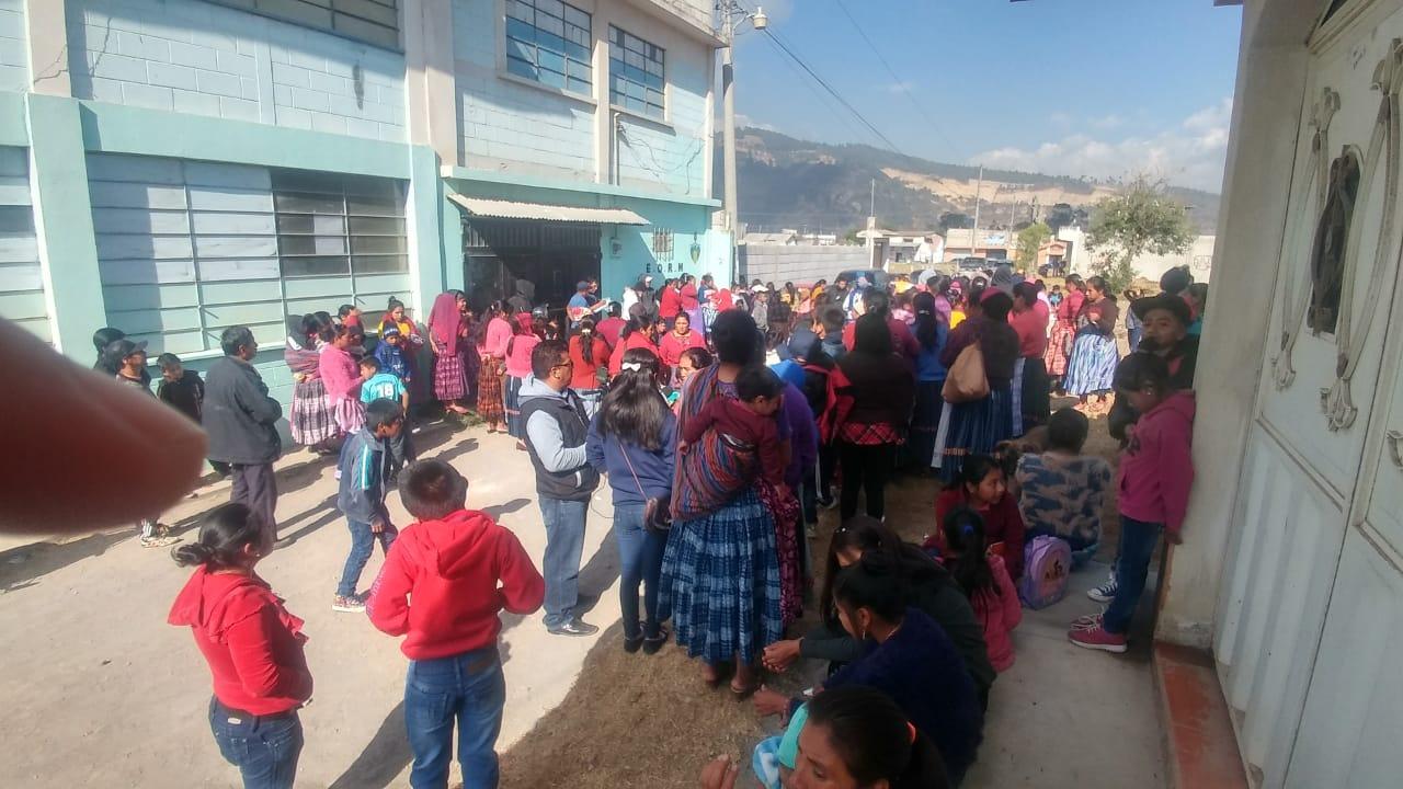 Padres de familia no dejan ingresar a maestros en escuela de Tierra Colorada Baja