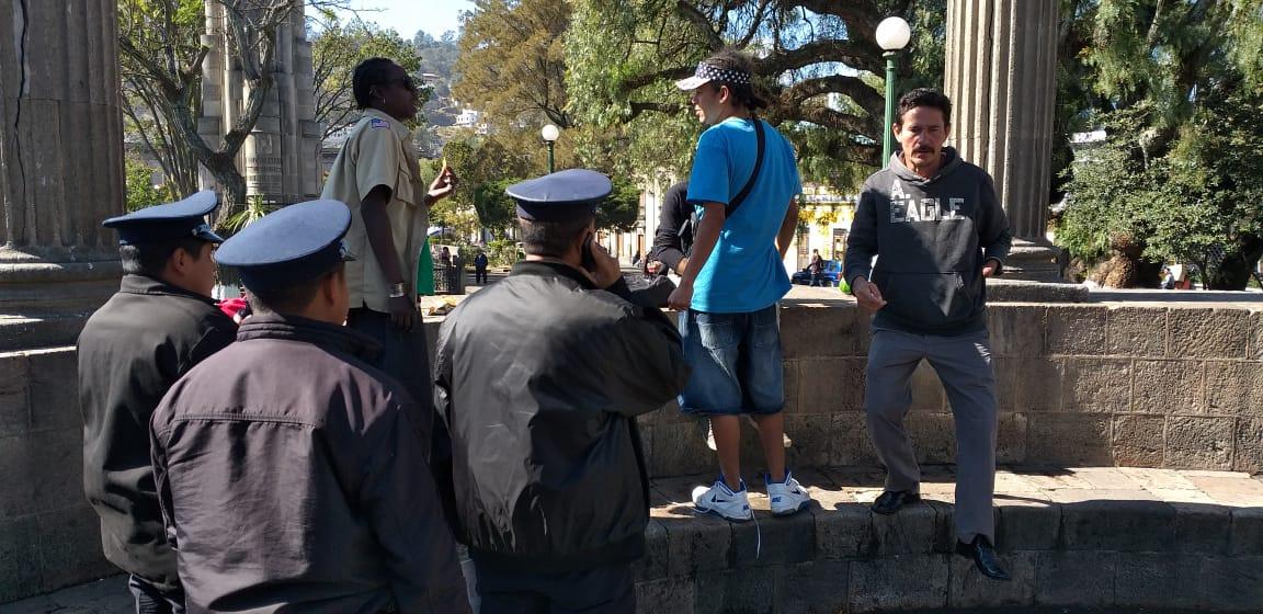 Migrantes hondureños fueron retirados del parque central de Quetzaltenango
