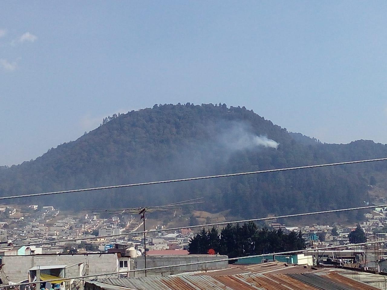 Trabajan para controlar incendios forestales