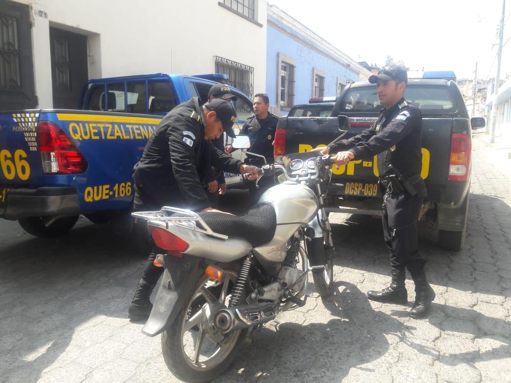 Hallan motocicleta robada y otros indicios