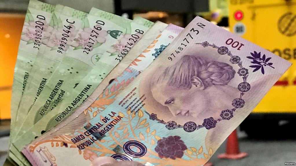 El peso argentino se devalúa en contexto económico adverso