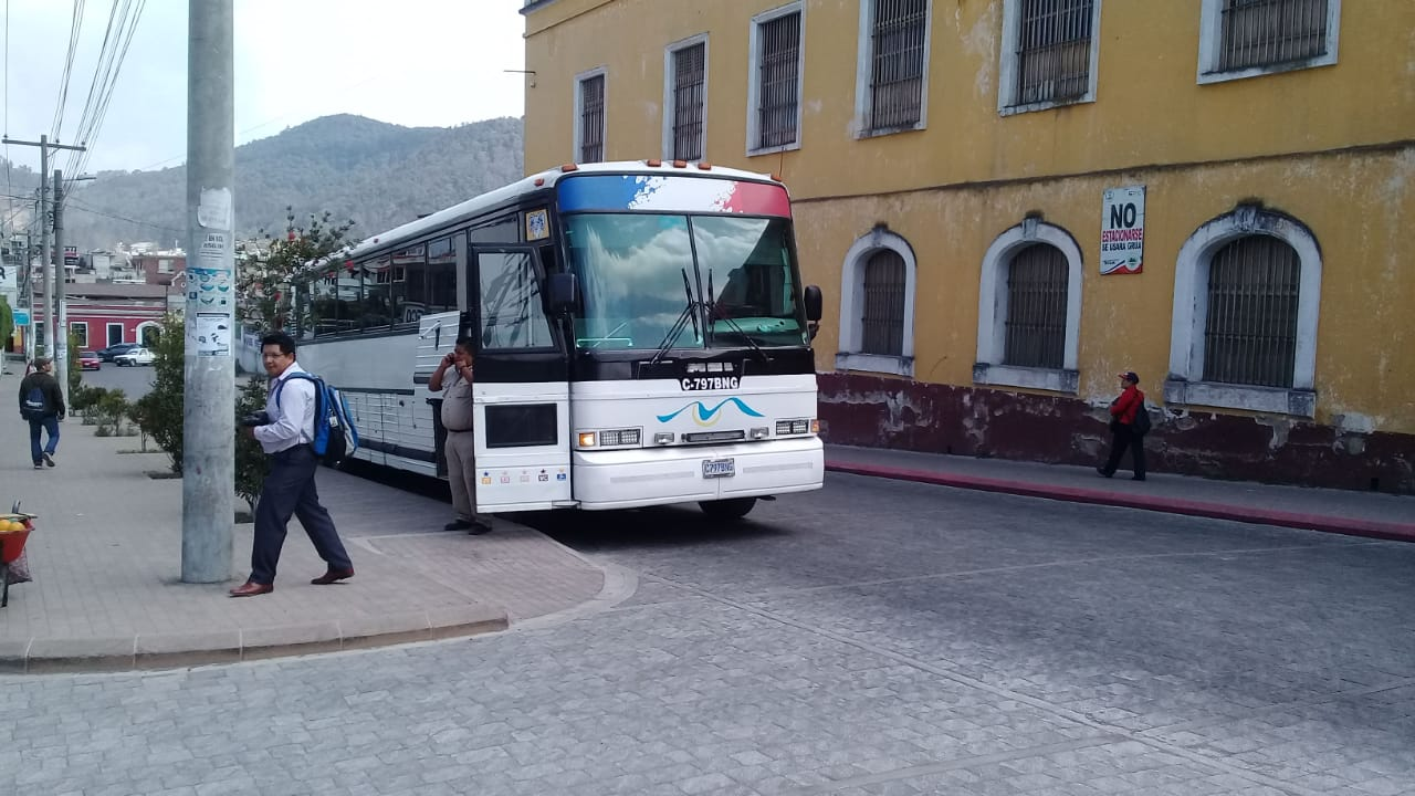 El bus de Xelajú está varado por bloqueo en la ruta CA-1