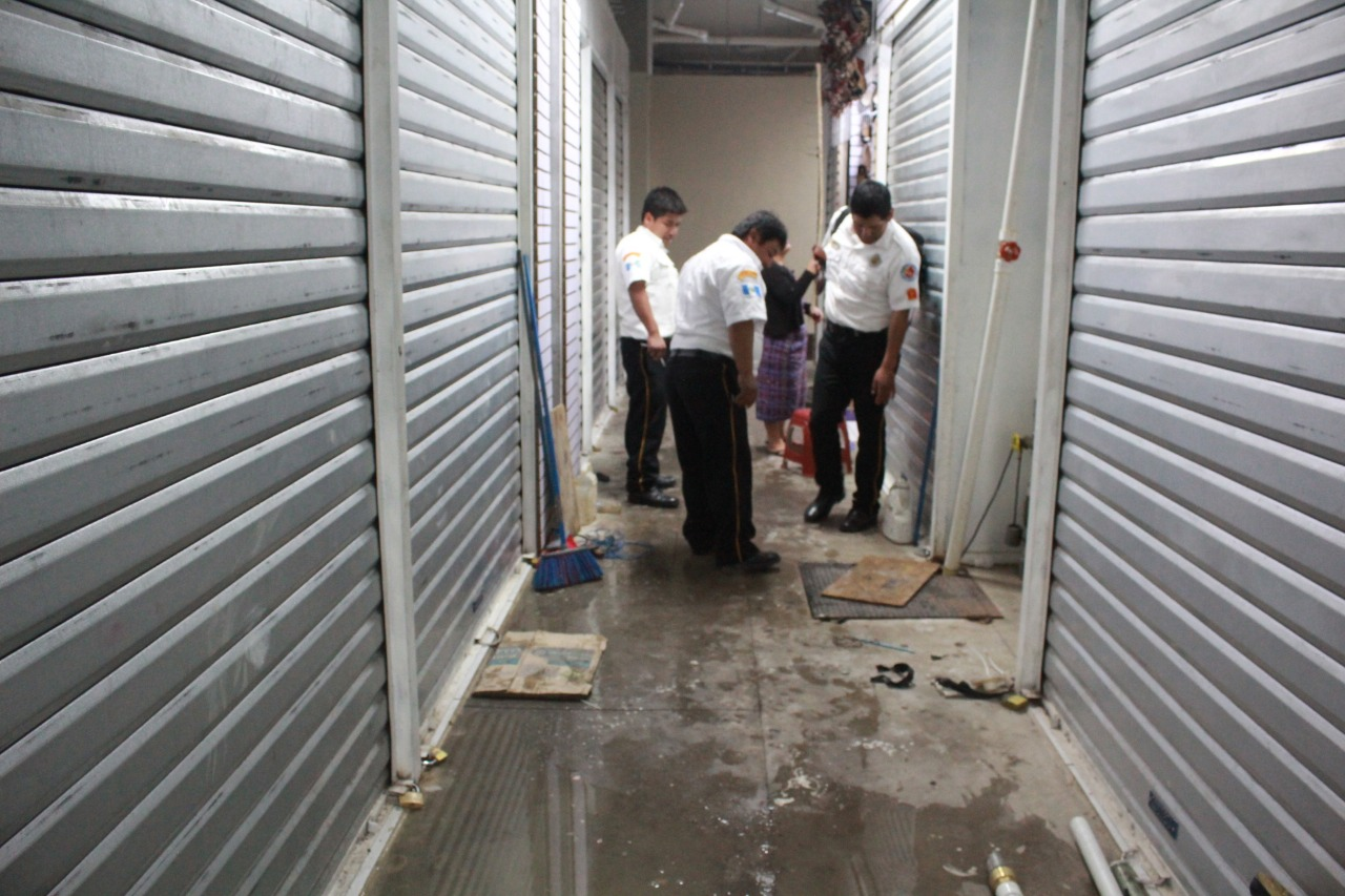 Trabajadores intoxicados mientras limpiaban tanque en Sololá