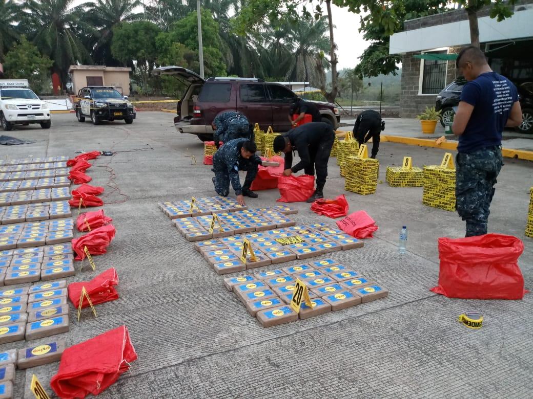 Encuentran más de 900 paquetes de cocaína dentro de vehículo