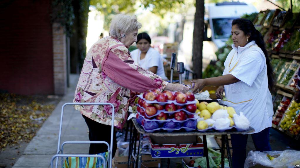 Argentina anuncia congelación de precios y tarifas ante inflación