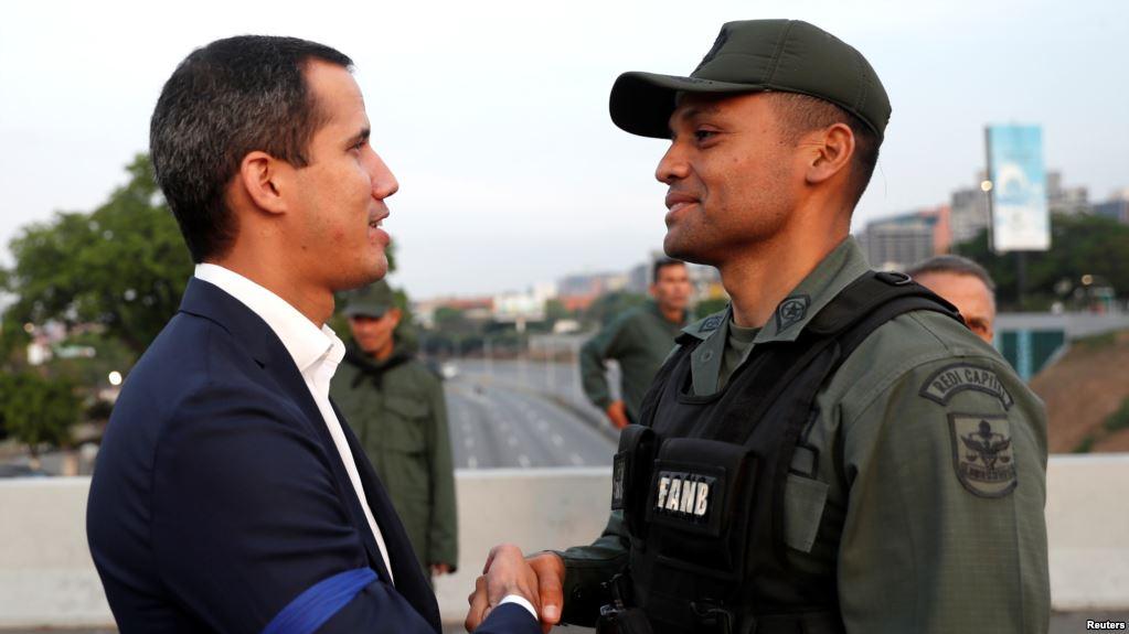 Guaidó pide levantamiento militar para derrocar a Maduro