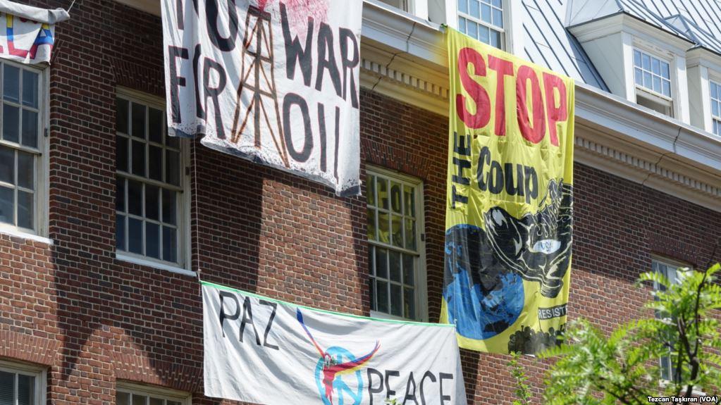 Sin luz y ocupada por activistas la embajada de Venezuela en EE.UU. refleja la crisis