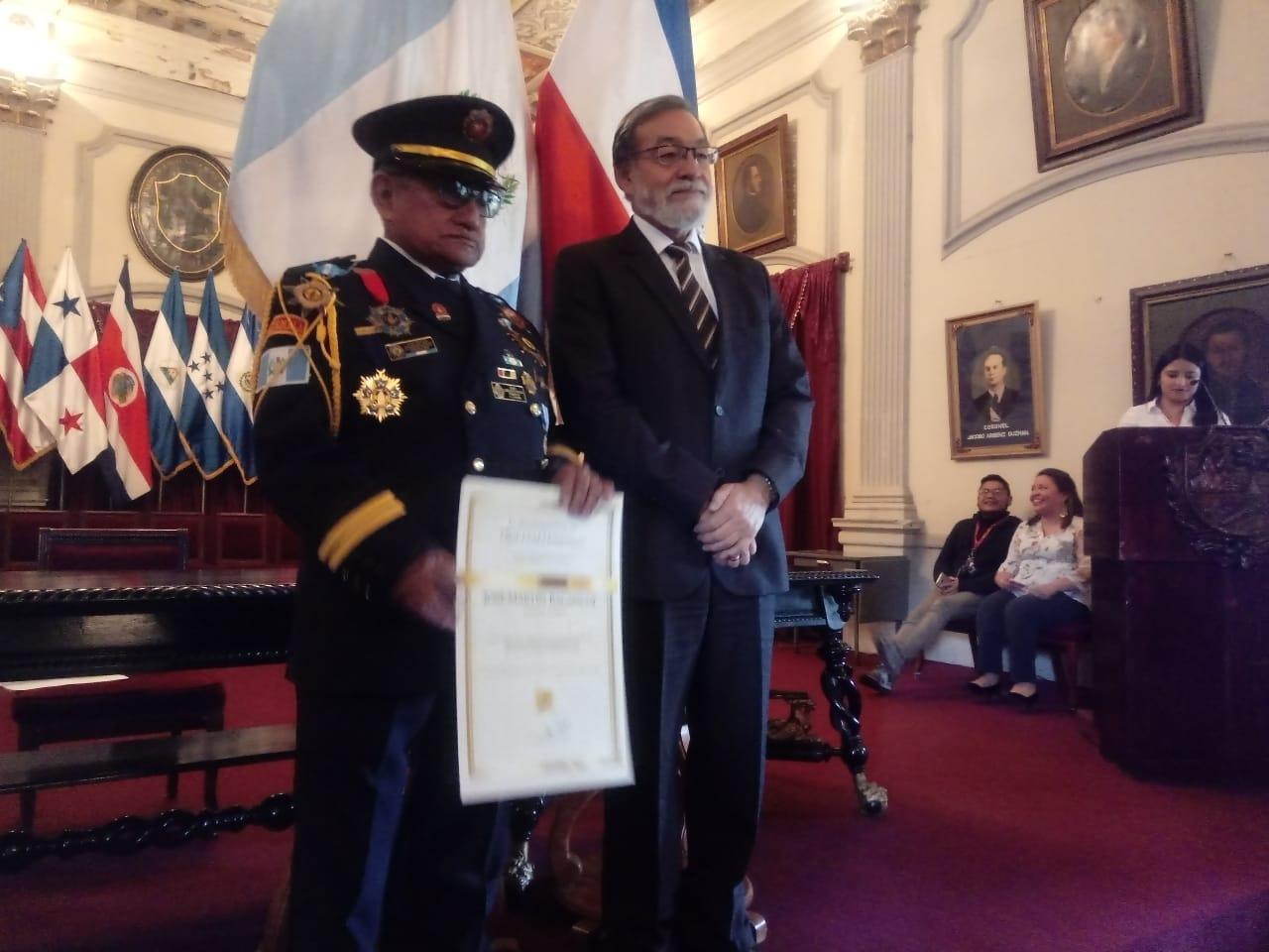 Alcalde de Xela entrega reconocimiento de Ciudadano Distinguido