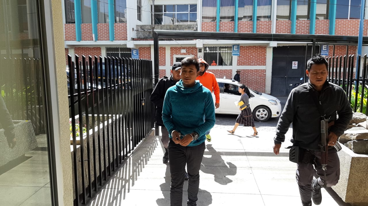 Piloto de lancha que naufragó en el lago de Atitlán sigue preso