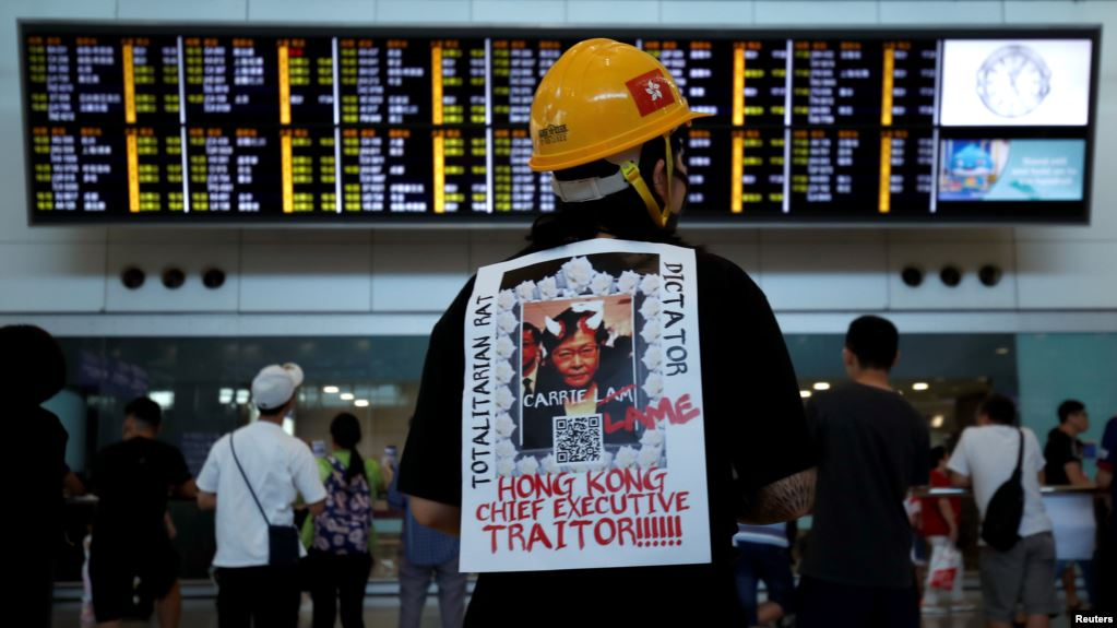 Hong Kong: Protestas llegan a importante aeropuerto internacional