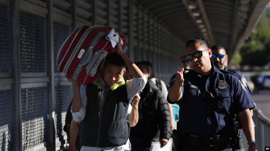 Juez bloquea restricción de Trump a solicitantes de asilo en frontera EE.UU.-México