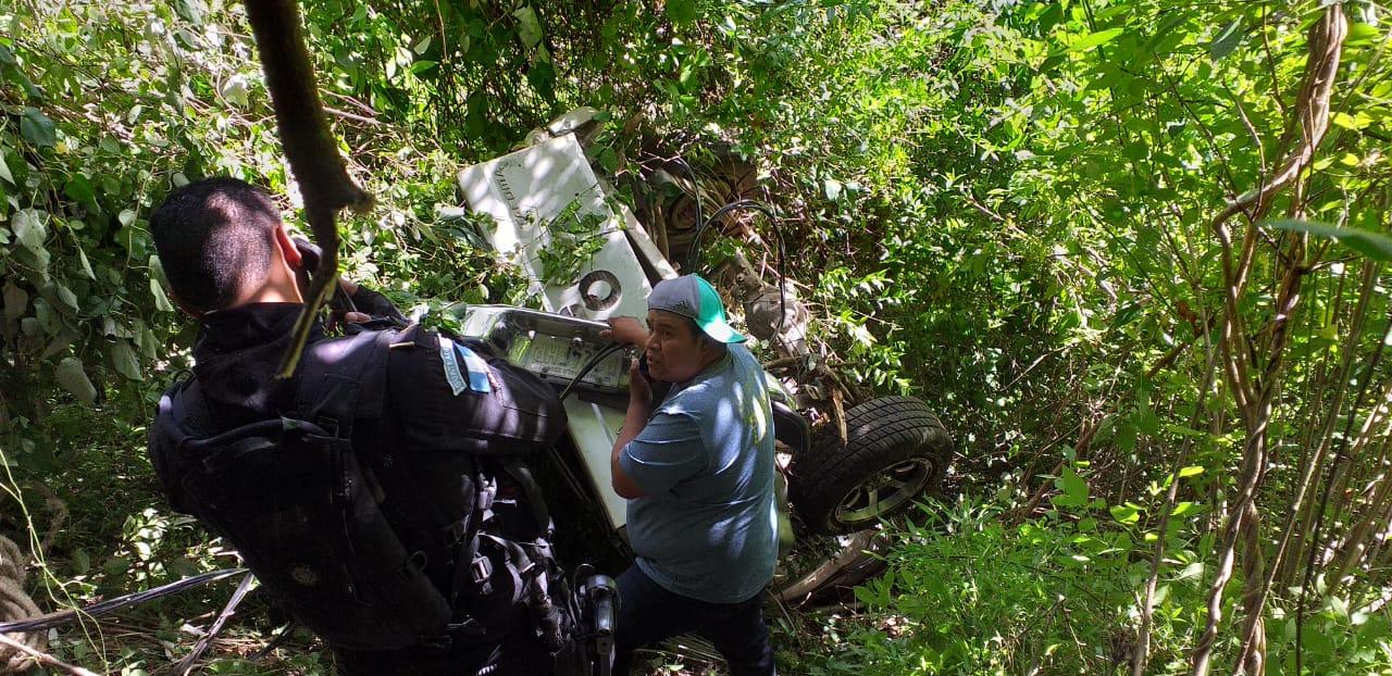 Bomberos tardan 20 minutos para rescatar a hombre del fondo de barranco