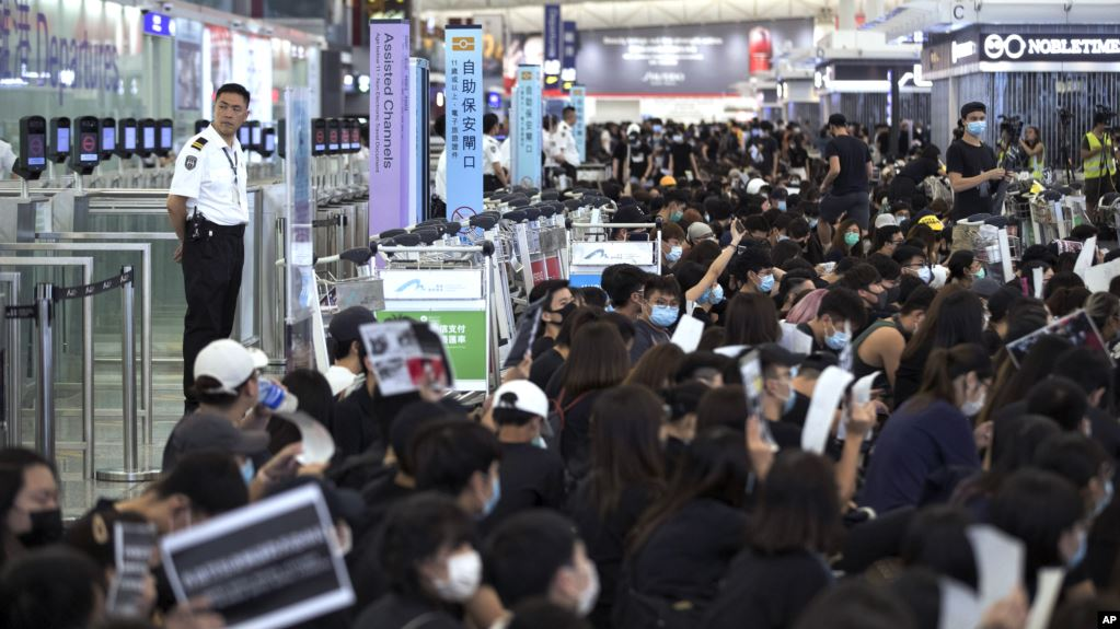 Sigue el caos en aeropuerto de Hong Kong por protestas