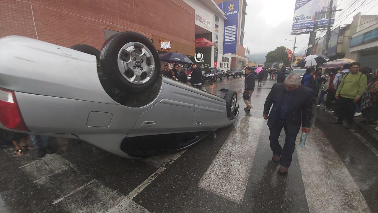 Testigo narra que piloto se empotró en acera y chocó otros vehículos