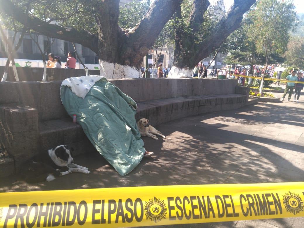 Hombre muere en el parque central de Xela