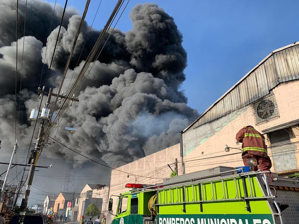 Incendio consume fábrica de plástico en Mixco