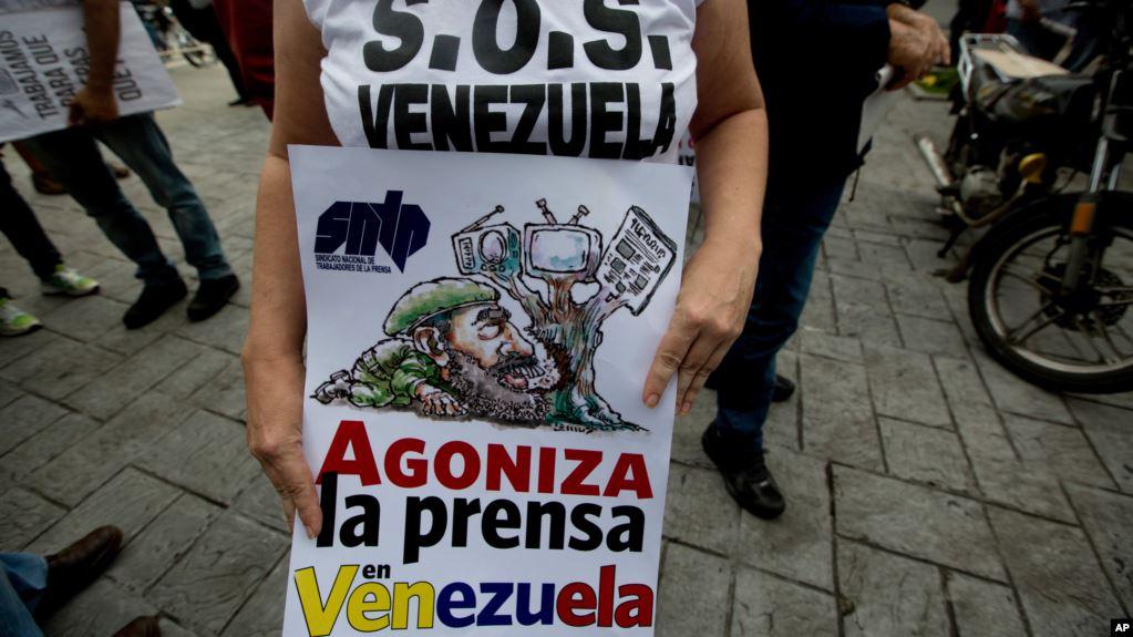 Gobierno en disputa de Venezuela impide la entrada al país a periodista británico
