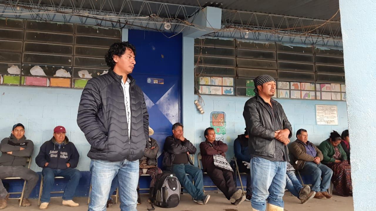 Expulsan de comunidad a dos hombres señalados de robar un vehículo