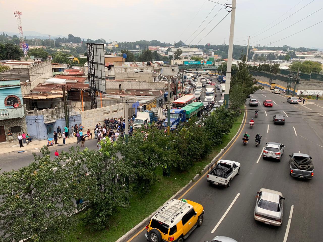 Despido masivo de empleados municipales, provoca caos vial en Mixco