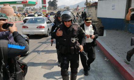 Antimotines liberan a policías en la Terminal Minerva de Xela