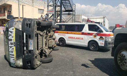 Seis pasajeros heridos tras volcar microbús en el periférico