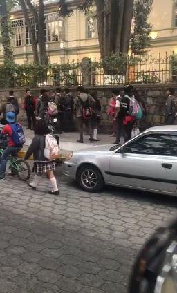 Estudiantes grabados protagonizando riña podrían ser expulsados