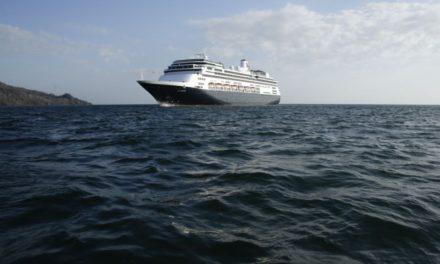 Cruceros impactados por coronavirus cruzan el Canal de Panamá