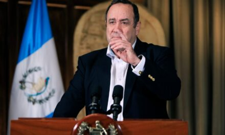 Presidente de Guatemala dice que logran salvar al primer paciente con COVID-19 que ha ingresado al quirófano
