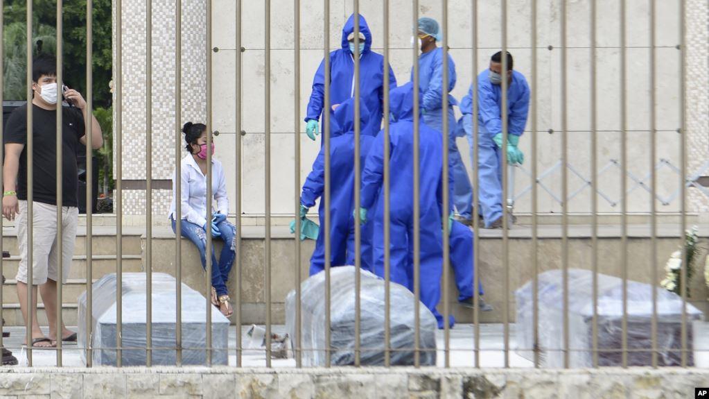 Ecuador comienza a enterrar a sus muertos en medio de crisis por la pandemia