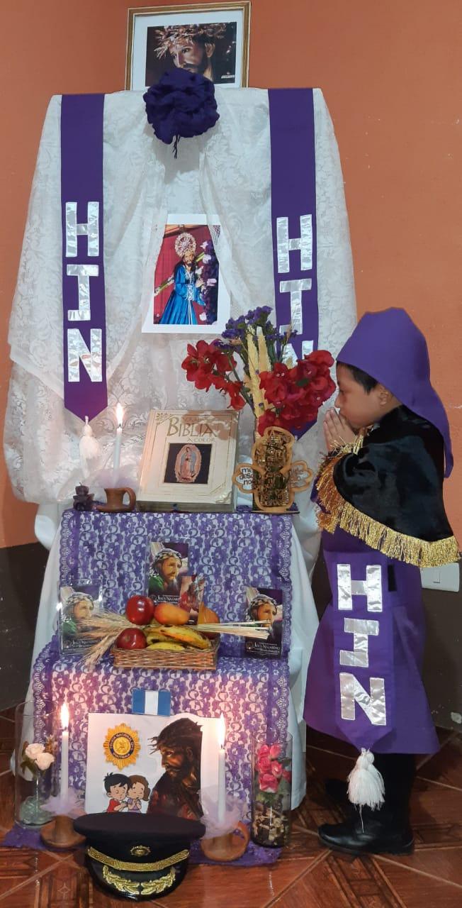 Niño ora por agentes de PNC que laboran en emergencia por el Covid-19