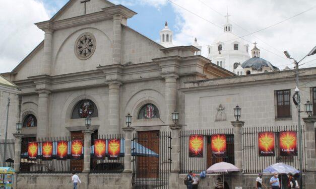 Colocan mensajes afuera de Catedral del Espíritu Santo