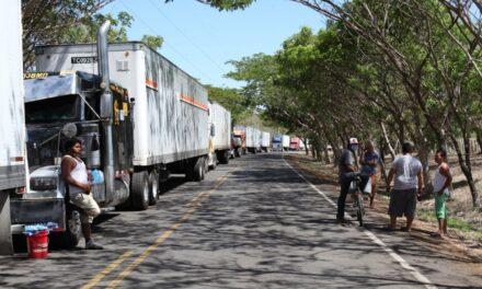 Cientos de transportistas centroamericanos siguen varados en frontera de Costa Rica y Nicaragua