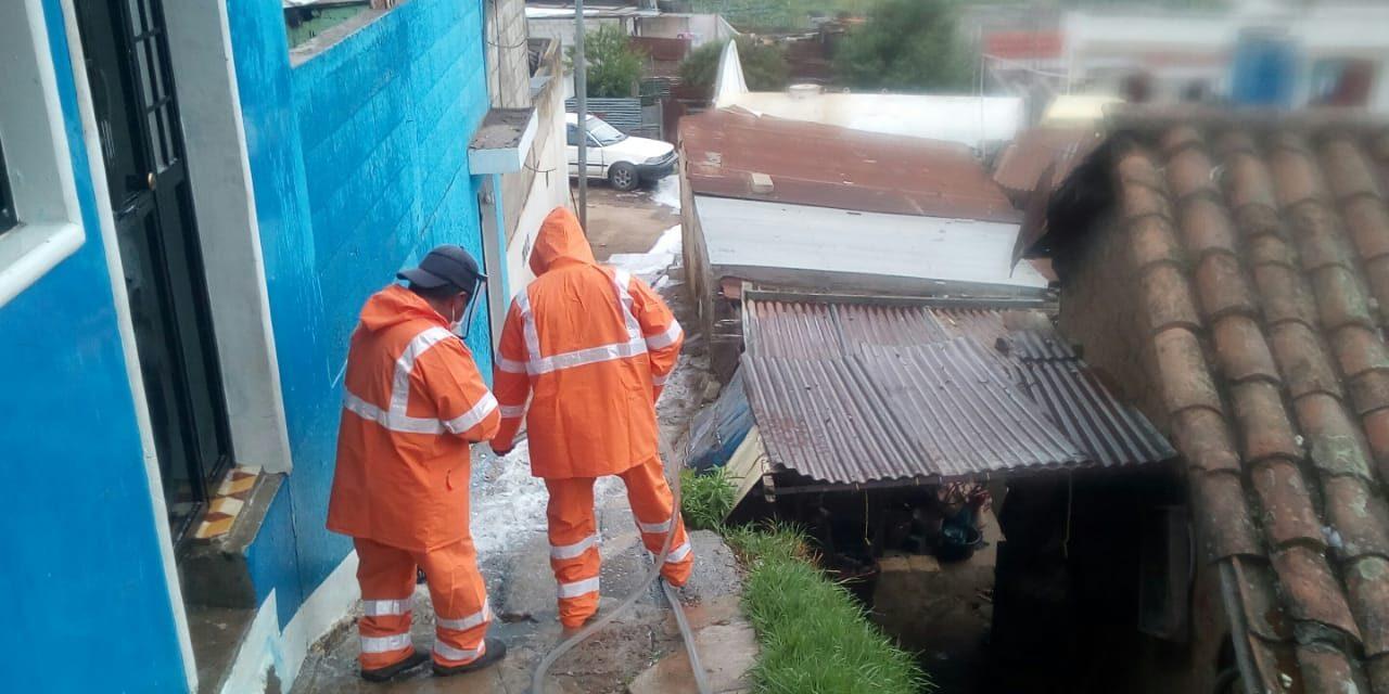 Trabajos de sanitización en la zona 6 de Xela, donde se confirmó caso de COVID-19
