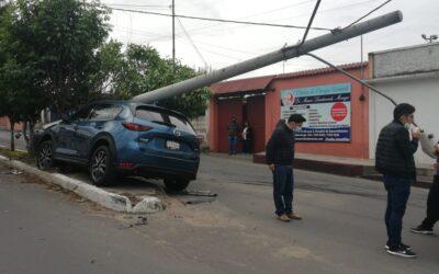 Colisión provoca caída de poste en la Calle Rodolfo Robles, Quetzaltenango