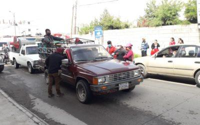 Comunitarios en Xela controlan sobrecarga en picops y otros vehículos