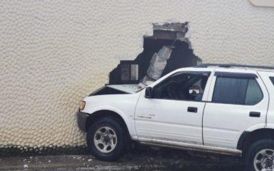 Vehículo se empotra en vivienda en la zona 9 de Xela