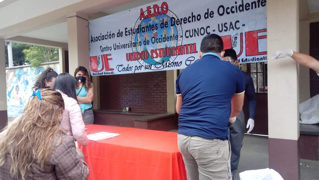 Estudiantes de derecho del CUNOC realizan colecta para celebrar el Día del Niño