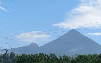 CONRED registra salida y acumulación de material volcánico en el área del domo caliente del  Volcán Santiaguito