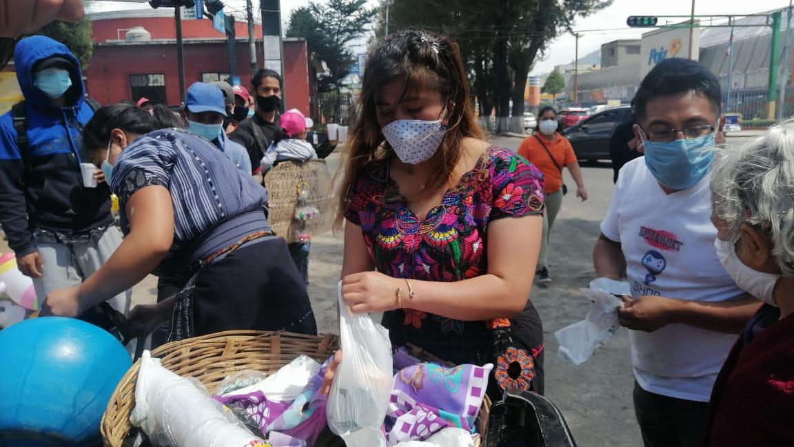 Migrantes se apoyan de grupo de personas de San Juan Ostuncalco, para enviar ayuda a quetzaltecos