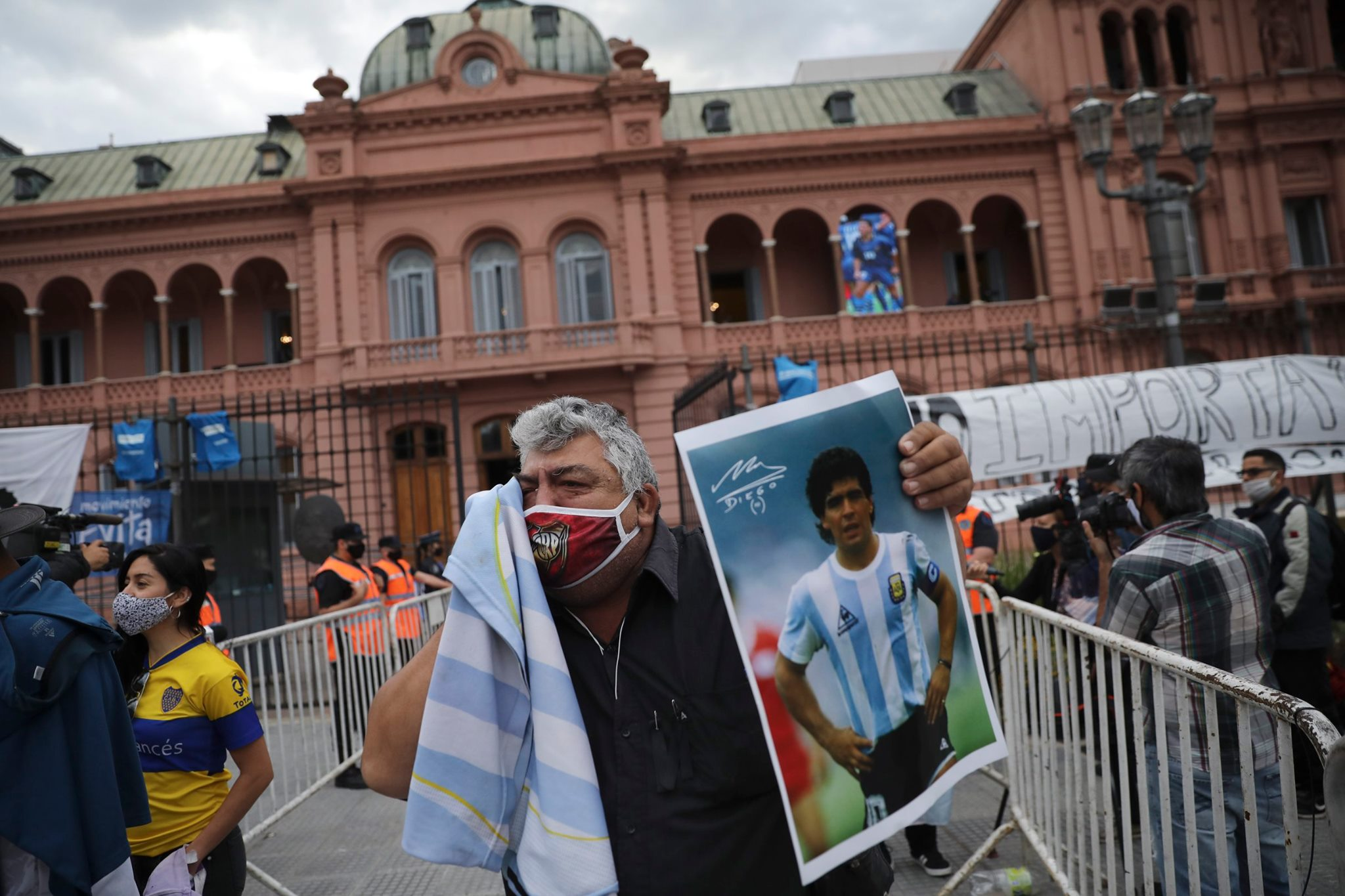 Despiden a Diego Maradona con pasión, fervor futbolero, cánticos de hinchada y mucho llanto en Argentina
