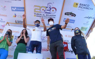 Vuelta a Ecuador: Campeón del Giro de Italia, le impone suéter líder a joven de 20 años originario de Tecpán