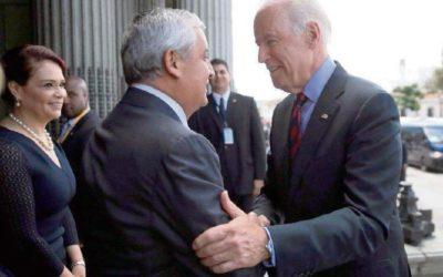 Biden saludando a Otto Perez Molina, ante la mirada de Roxana Baldetti