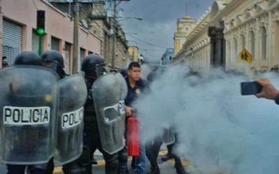 Manifestantes llegaron al Congreso de la República, diputados no asisten a Sesión Ordinaria por temor