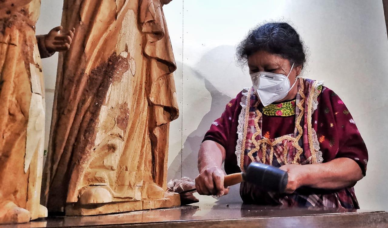 Quetzalteca cumple 55 años de tallar imágenes en madera