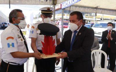 JF es reconocido como miembro honorario de bomberos