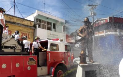 Develan estatua y realizan desfile por los 60 años de Bomberos Voluntarios en Xela